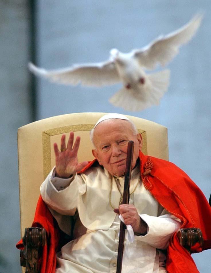 Uma pomba branca é solta em honra aos apelos por paz aos jovens do mundo. Vaticano, 10/04/2003. Foto: Massimo Sambucetti/AP