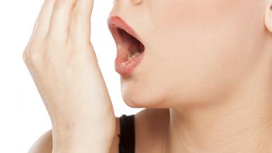 Mau hálito: problema no estômago ou higiene incorreta?