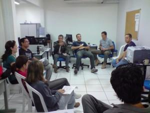 Equipe discutindo o tema do grupo de estudo