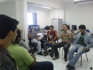 Equipe discutindo sobre o tema do grupo de estudo