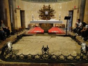 Altar central da Basílica da Agonia e pedra onde Jesus viveu o seu sofrimento