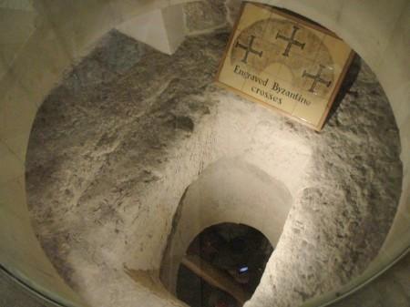 Buraco no chão da Capela das lágrimas de São Pedro
