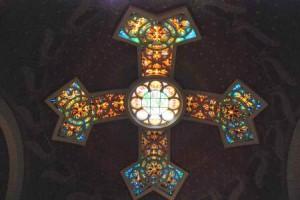 Lindo vitral colorido do Santuário de São Pedro Galicantu