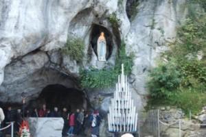 Gruta onde Nossa Senhora apareceu a Bernadete. Vários peregrinos se banham ou levam a sua água para os enfermos.