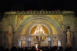 Imagem noturna da entrada da Basílica de Nossa Senhora do Rosário