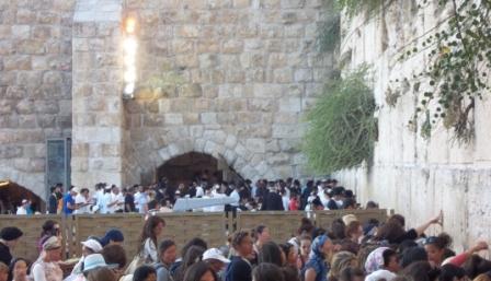 Mulheres e homens rezando diante do Muro das Lamentações