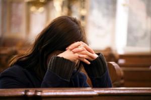 rezandoigrejamulher