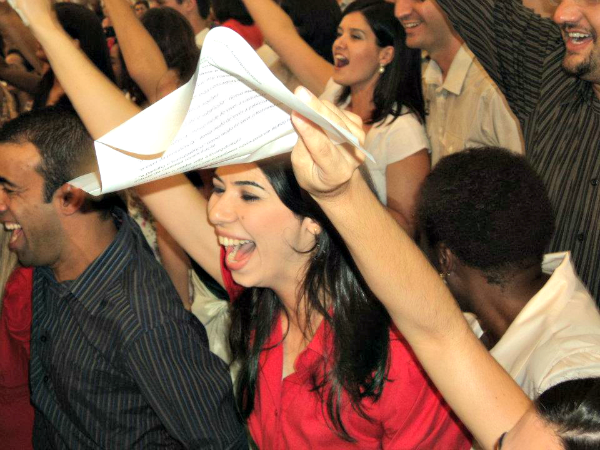 Verônica celebrando seu compromisso com a Canção Nova