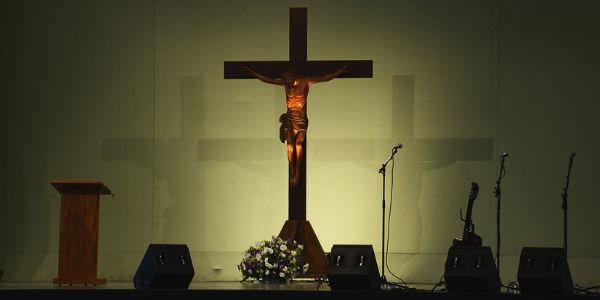 Somos chamados a nos unir ao Cristo que sofre