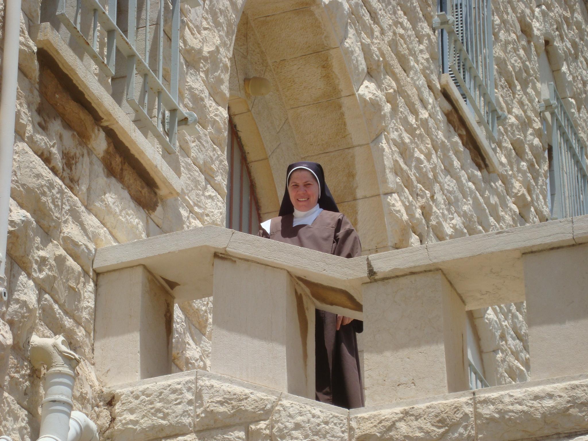 Irmã Rafaela, brasileira, vive em Haifa no Carmelo.