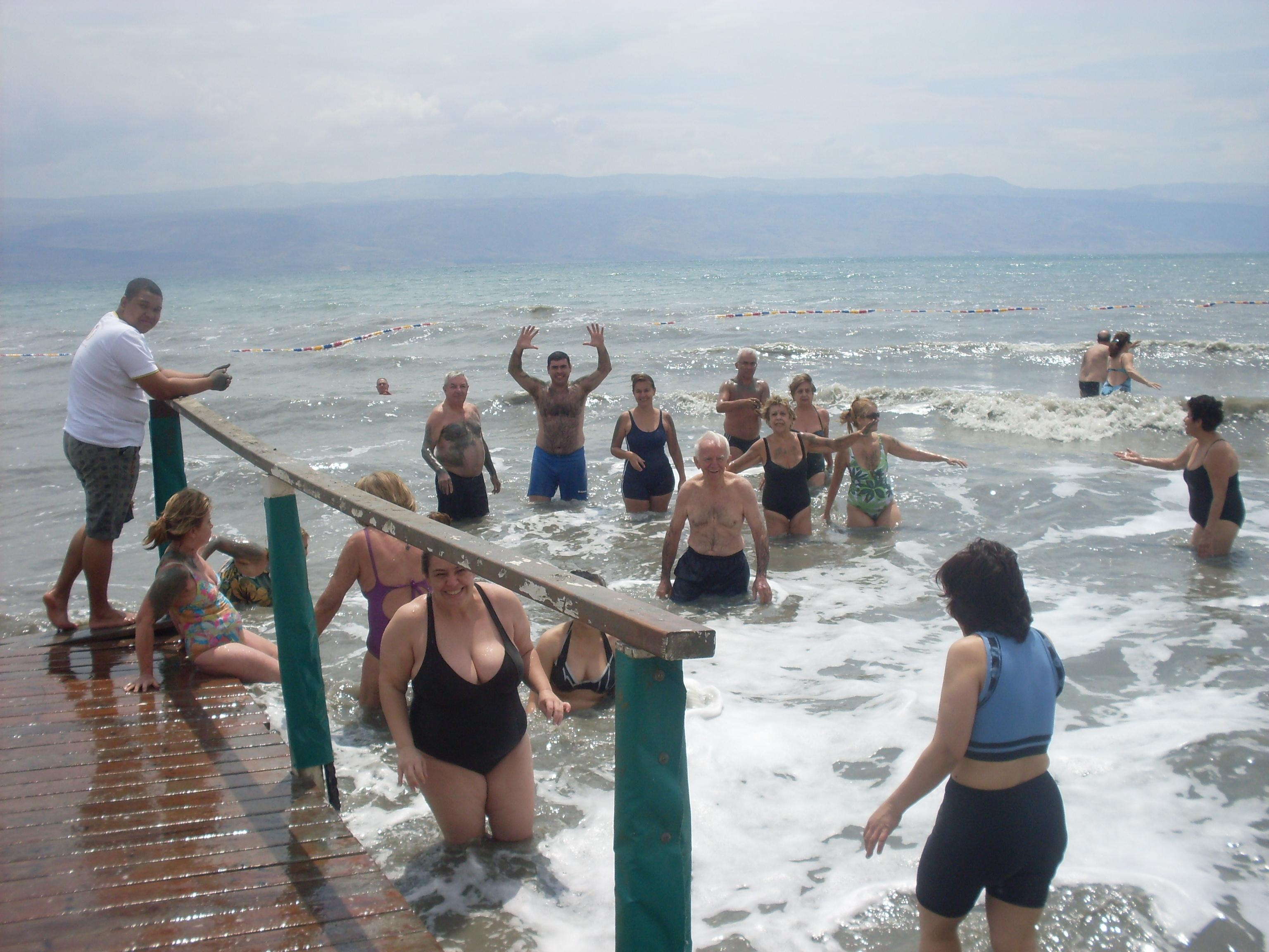 No mar morto com os peregrinos...tinha até ondas...Pe Pacheco amou!