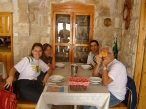 Ricardo num momento de descontração, Waldir da Obra de Maria, Judite nossa gia local e eu! Del�cia de almoço!