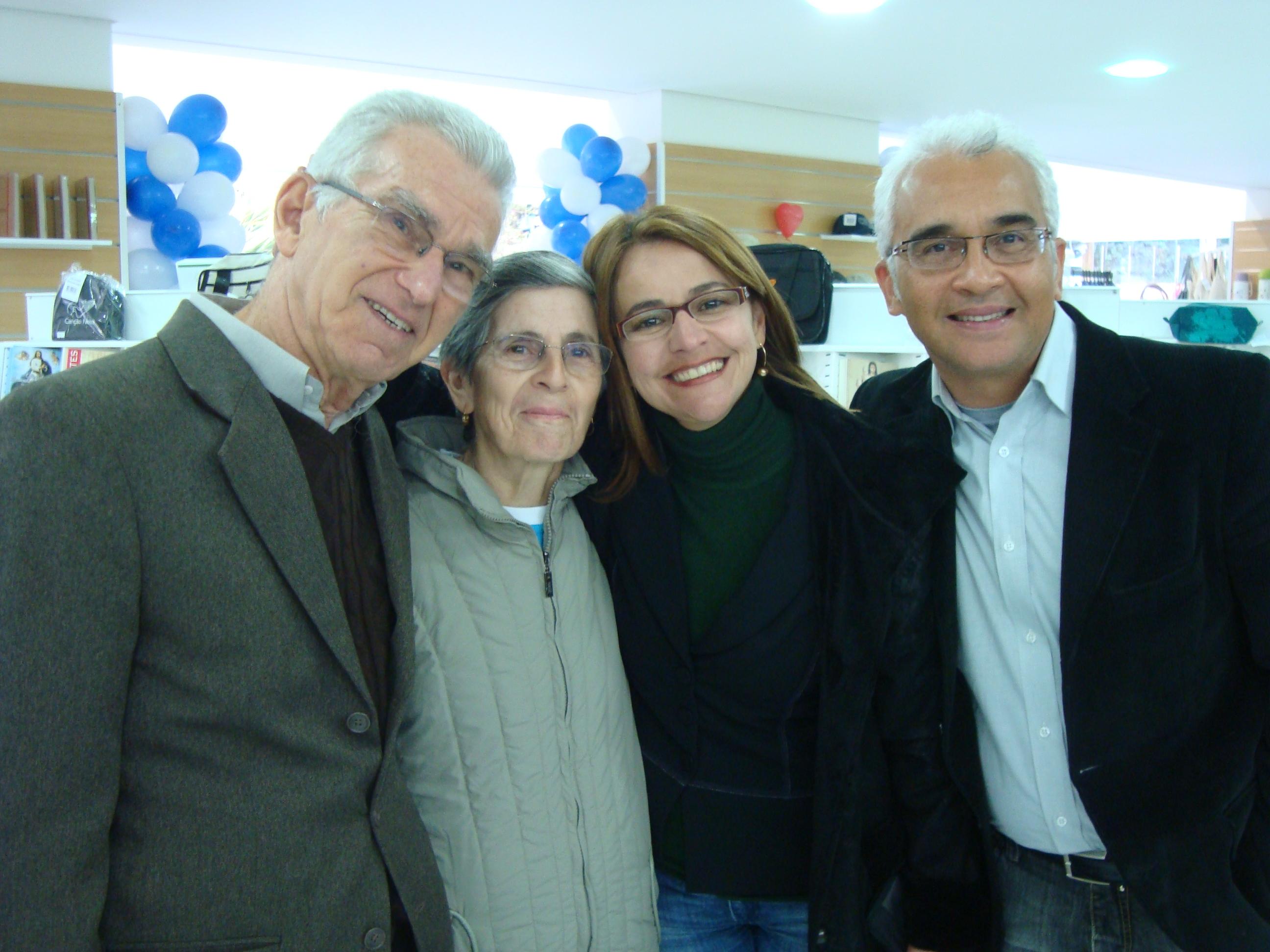 sr.Armando, dona Aparecida Zamaia, eu e o Rico na nova Loja Canção Nova em Londrina PR! Saudades!!!