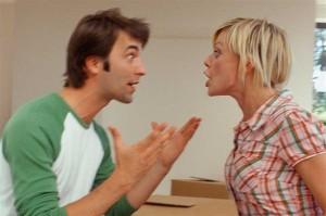 casal brigando, discutindo