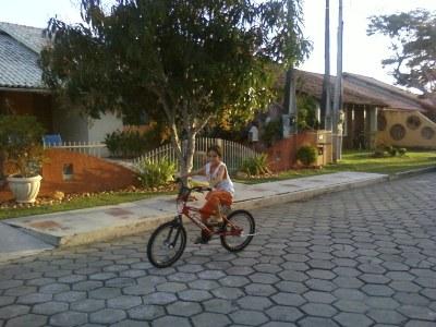 Hélder Manacô, com sua bicicleta nova de aniversário