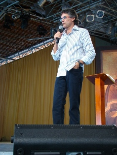 Gerson Abarca em pregação no Acampamento de Namorados.