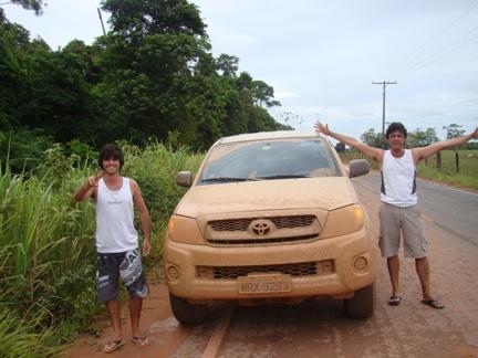 Davi nos fotografa - Samuel e Eu - após aventura em 30Km de estrada de terra na chuva