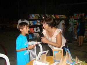 O meu filho Hélder Manacô recebe o autografo da Escritora Neusa Jordem Possatti