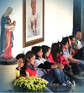 Oração do Terço por jovens que fizeram retiro na Casa de Maria