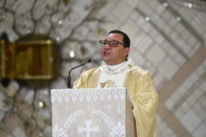 Padre Wagner Ferreira realizado a Homilia da Santa Missa da Ceia do Senhor, no Santuário do Pai das Misericórdias