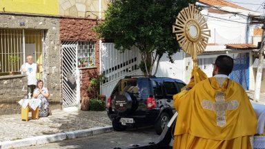 Com igrejas fechadas, padre leva Santíssimo às ruas de São Paulo (SP)