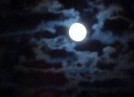 céu com nuvens e lua