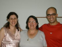 Casal Carolina e Richard junto com a presidente da CENPLAFAM Heloisa