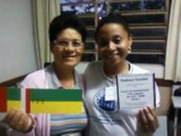 A Instrutora Marta de Colatina com a usuária Judite da Pastoral Familiar apresentando o  CD produzido pela Pastoral sobre o MOB