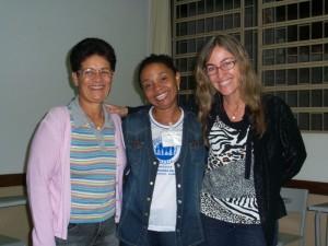 Entre as instrutoras Celina e Marta, está a Usuária do MOB Judite da Pastoral Familiarda Arquidiocese de Vitória