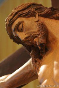 Somos chamados a tomar a nossa cruz e seguir Jesus Cristo.