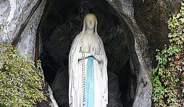 Nossa Senhora de Lourdes nos transmite uma mensagem significativa, especialmente para esta Quaresma.