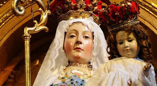 Saiba se as mulheres consagradas a Virgem Maria precisam usar o véu e aderir à prática da modéstia, com o uso de saia ou vestido.