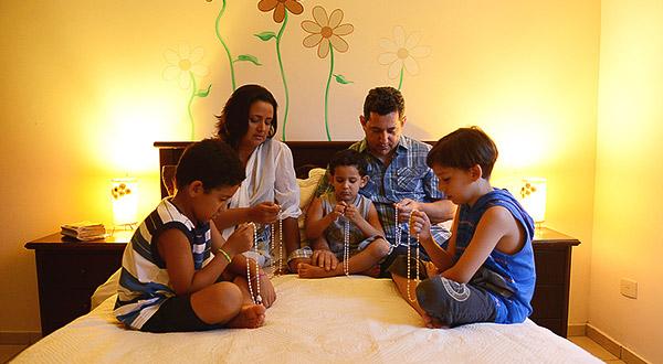 Conheça as vantagens e a eficácia sobrenatural do Santo Rosário rezado em grupo e em família.