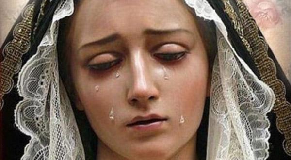 A Virgem Maria chorou na paixão e morte de seu Filho Jesus Cristo e chora pela morte de cada um de seus filhos.
