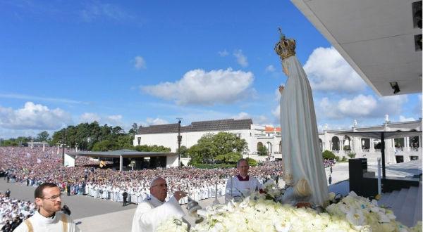 Papa Francisco nos ensina que, em Fátima, a Virgem Maria se apresenta como Mãe, que nos protege sob seu manto de Luz.