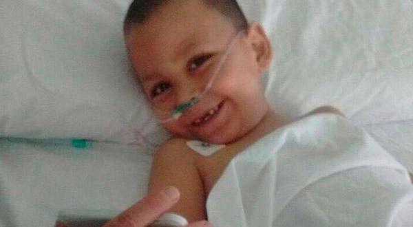 Depois de grave acidente, menino de três anos acorda do coma depois de ouvir uma canção da Virgem Maria e se recupera milagrosamente.