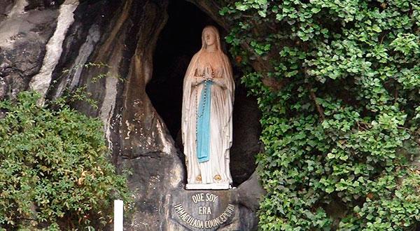 Ao comemorar o 160º aniversário das aparições de Lourdes, meditemos sobre a alegria e o semblante triste de Nossa Senhora, para compreendermos a sua mensagem.