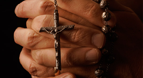 """O ator Jim Caviezel revelou que a oração do terço o ajudou a interpretar o personagem de São Lucas no novo filme """"Paulo, Apóstolo de Cristo"""", que chega ao Brasil no dia 3/5/2018."""